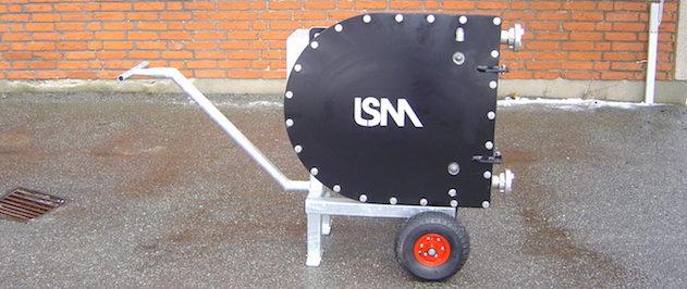 Pompe péristaltique LSM montée sur chariot, fréquement utilisée pour l'évacuation de produits corrosifs dans des fosses de rétention.